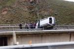 Palermo-Catania, auto resta in bilico sul viadotto: paura ma nessun ferito