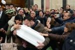Nicole, il papà porta la bara in braccio fino al cimitero - Video