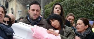 I genitori di Nicole, Antonio Di Pietro e Tania Laura Egitto, con la bara della piccola all'uscita della Chiesa di San Vito a Mascalucia al termine dei funerali