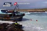 Il peschereccio incagliato sugli scogli a Lampedusa: le immagini dei soccorsi - Video