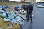 Sacchetti e vecchi mobili, strade tra i rifiuti a Palermo anche a due passi dal porto