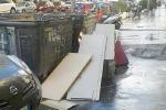 Palermo, rifiuti ingombranti per strada in corso Calatafimi. Buche trappole per le auto