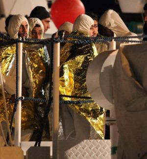 Sbarco di oltre mille migranti ad Augusta, 5 fermi