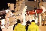 Ad Augusta i profughi salvati nel Canale di Sicilia, sbarcate anche le bare dei 10 morti - Le foto