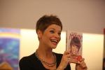 Bagno di folla alla Mondadori di Palermo: Alessandra Amoroso presenta il suo libro