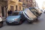 Auto finisce sopra un'altra vettura: rocambolesco incidente a Palermo - Video