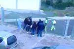 La ricerca delle chiavi e poi la rottura del lucchetto, così si è salvato a Leonforte - Video