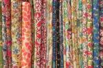 Tessuti colorati e fantasie floreali: la natura dentro casa