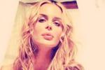 """Look diverso, stessa sensualità: Nina Moric si fa bionda e """"fa impazzire"""" il suo fidanzato - Foto"""