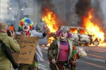 Protesta contro la Bce, è guerriglia a Francoforte: auto in fiamme e feriti