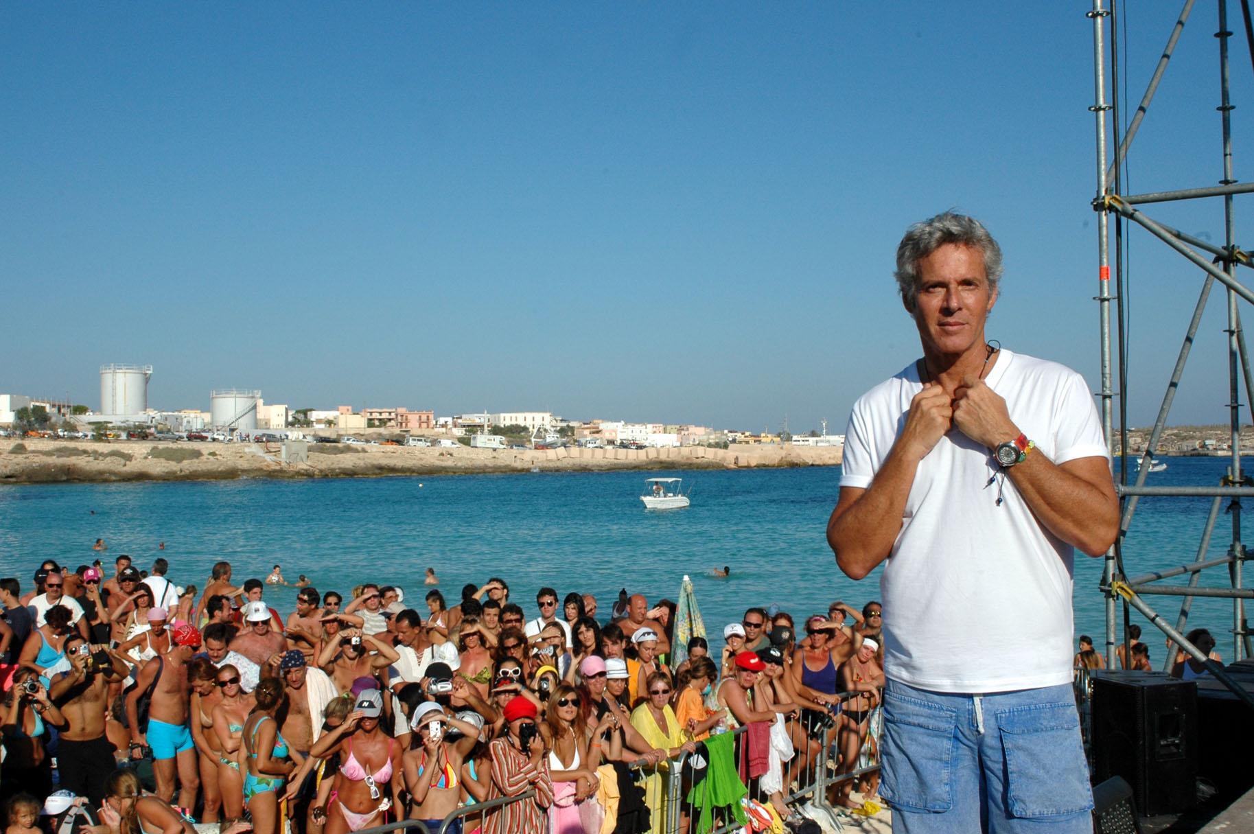 Baglioni fermato da tempesta d'acqua e vento, interrotto il concerto a Lampedusa