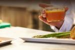 Cieco per malattia diventa chef e i clienti mangiano al buio
