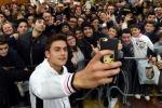 """Bagno di folla per Dybala: """"Grazie ai tifosi per l'affetto"""" - Video"""