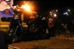 Con la moto contro le auto parcheggiate: muore diciottenne, grave un amico - Video