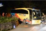 Pullman pieno di turisti tedeschi rimane bloccato in un tornante nel Messinese - Video