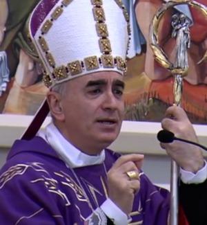 """Il vescovo di Noto concede il bis: prima canta """"La cura"""" di Battiato, poi improvvisa un rap - Video"""