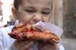 Pizza contro panino, i napoletani rispondono a McDonald's - Video