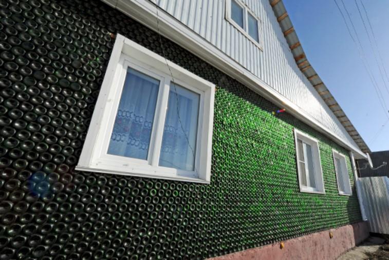 Pareti Con Bottiglie Di Vetro : Una casa interamente di vetro l opera di un enne russo