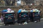 Cassonetti stracolmi di rifiuti, protestano i senza casa dell'Ex Onpi