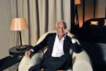 """L'appello di Giorgio Armani ai gay: """"Non vestitevi da omosessuali"""". Critiche anche alla chirurgia"""