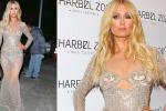 Vestita solo di perle e paillettes: il look audace di Paris Hilton