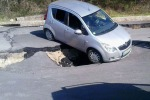Isnello, manca la segnaletica: turista intrappolato con l'auto su una frana