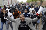 Tensioni a Baltimora, scontri e proteste per l'afroamericano morto dopo l'arresto