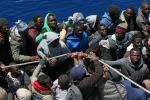 Nave con 260 migranti dirottata da Brindisi a Messina