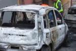 San Giuseppe Jato, bruciano due auto: danneggiato un palazzo – Video