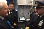 Il pilota Maurizio Foglietti con il presidente Mattarella. La foto twittata da Alitalia il 14 febbraio