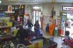 Assalto a un supermercato, un arresto. Il video della rapina