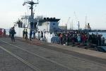 """Junker: """"L'Italia ha salvato l'onore dell'Europa"""". Sbarchi a Catania, 7 cadaveri"""