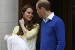 Royal girl, Kate la presenta al mondo: ecco i primi scatti all'uscita dalla clinica - Le foto