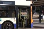 Palermo, rischia di scontrarsi con bus: ciclista rompe finestrino e fugge