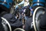 Incidenti per Lazio-Roma, due tifosi accoltellati fuori dallo stadio Olimpico - Video