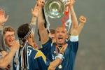 L'attaccante della Juventus, Gianluca Vialli, alza la Champions League vinta ai rigori contro l'Ajax allo stadio Olimpico di Roma il 22 maggio del 1996