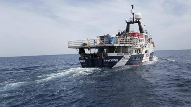 barca, mediterraneo, migranti, Phoenix, privata, salvataggio, Sicilia, Cronaca, Mondo