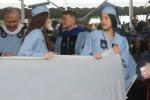 Alla laurea con un materasso per denunciare lo stupro - Video