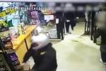 Tre minorenni tentano di rapinare un negozio a Napoli, ma la titolare li chiude in magazzino: il video