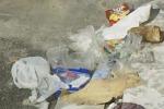 Rifiuti abbandonati in spiaggia, turisti increduli a Sciacca