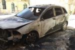 Un'altra notte di fuoco a Gela, in fiamme tre auto in pieno centro storico