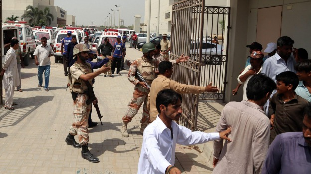 attentato, Islamabad, kamikaze, Pakistan, polizia, talebani, vittime, Sicilia, Mondo