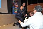 """Berlusconi cade sul palco durante un comizio: """"Colpa della sinistra"""" - Foto"""