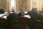Deputati dormono in aula, la denuncia di M5s: le foto