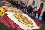 Noto, il successo dell'Infiorata «mondiale»: artisti da tutti i continenti per decorare le strade