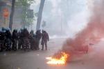 """""""No Expo"""", black bloc devastano Milano Polizia usa lacrimogeni, auto in fiamme"""