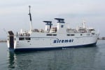 Paura a Vulcano, traghetto travolto dal vento finisce contro il molo: nessun ferito