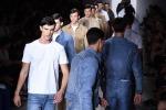 Calvin Klein reinventa il jeans - Foto