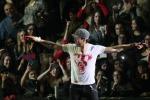 Prova ad afferrare un drone: Enrique Iglesias ferito alle dita