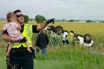 Poliziotto salva bimba di 2 anni che ha perso il papà: la foto diventa virale